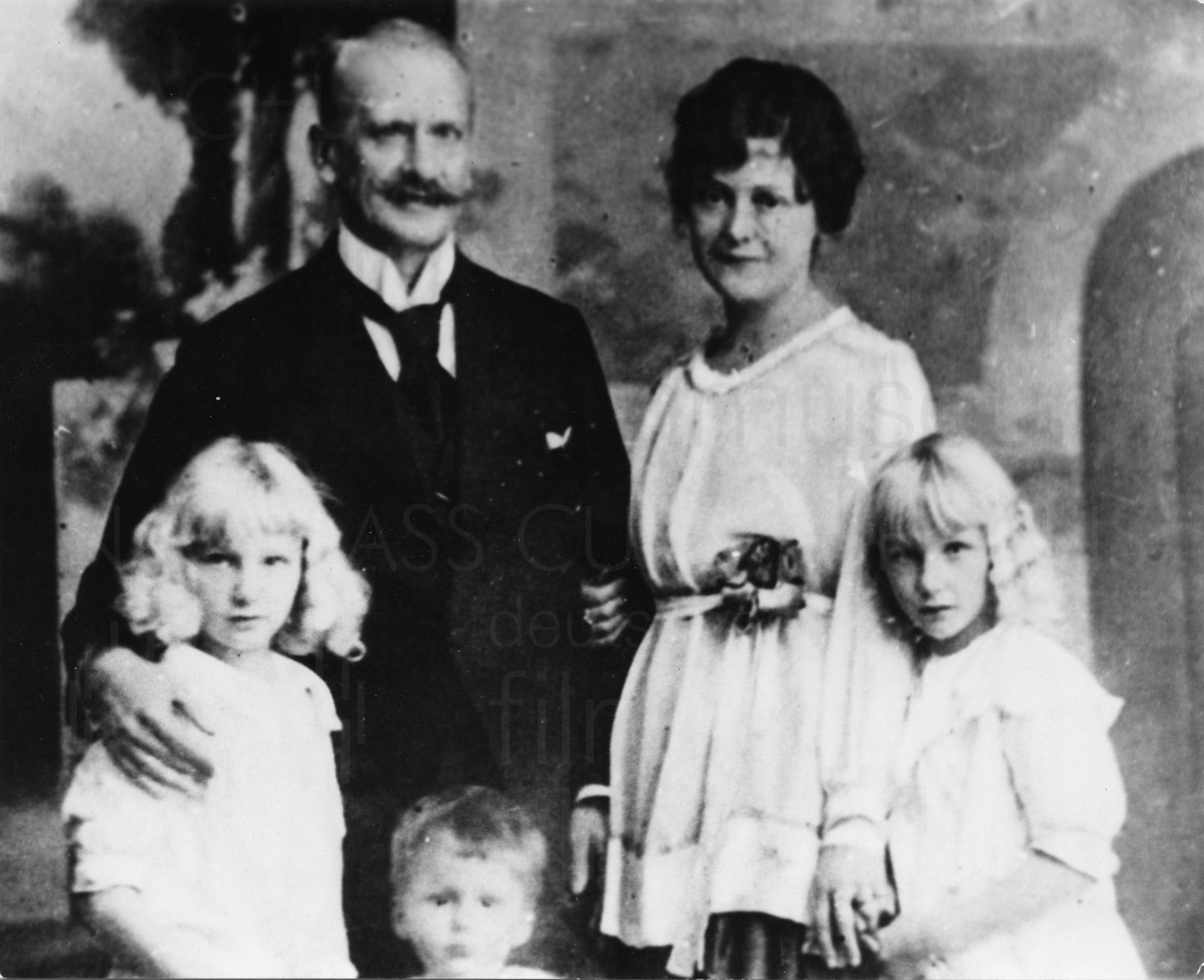"""Kurt und Marie-Albertine (""""Moussia"""") Jürgens mit ihren Kindern Jeannette, Marguerite und Curd, um 1917"""