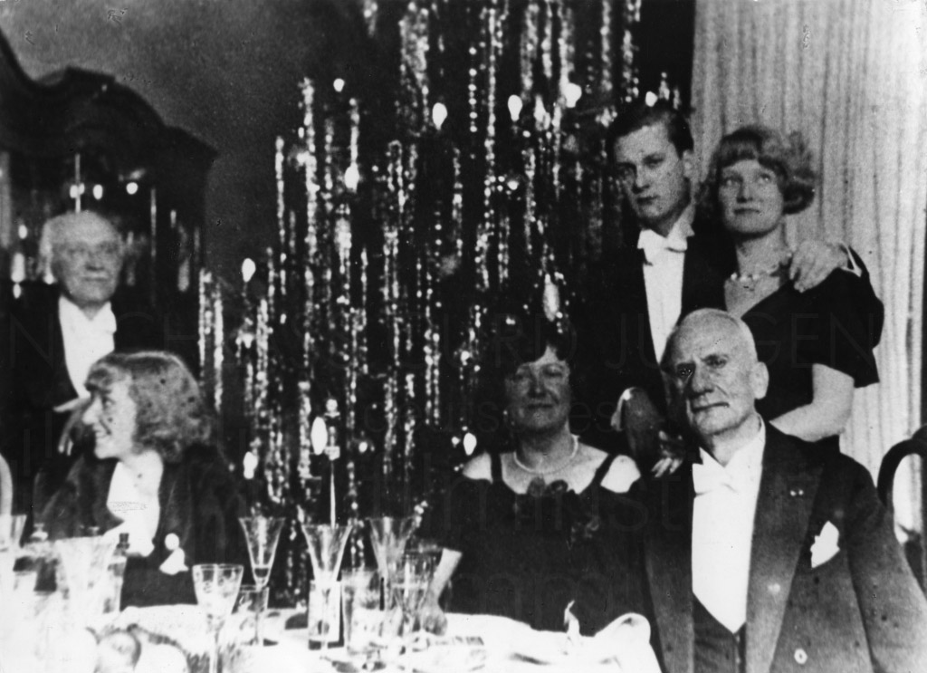 """Familie Jürgens mit """"Onkel Costia"""" (l.), Weihnachten 1932."""