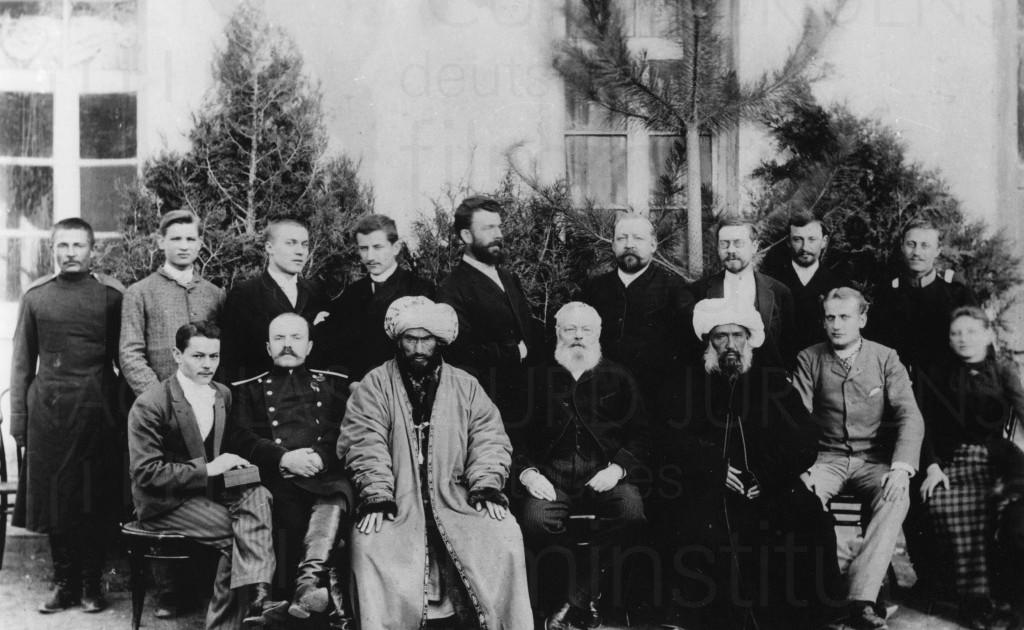 Kurt Jürgens (sitzend, 2. v. r.) mit einer Turkmenischen Handelsdelegation, um 1895