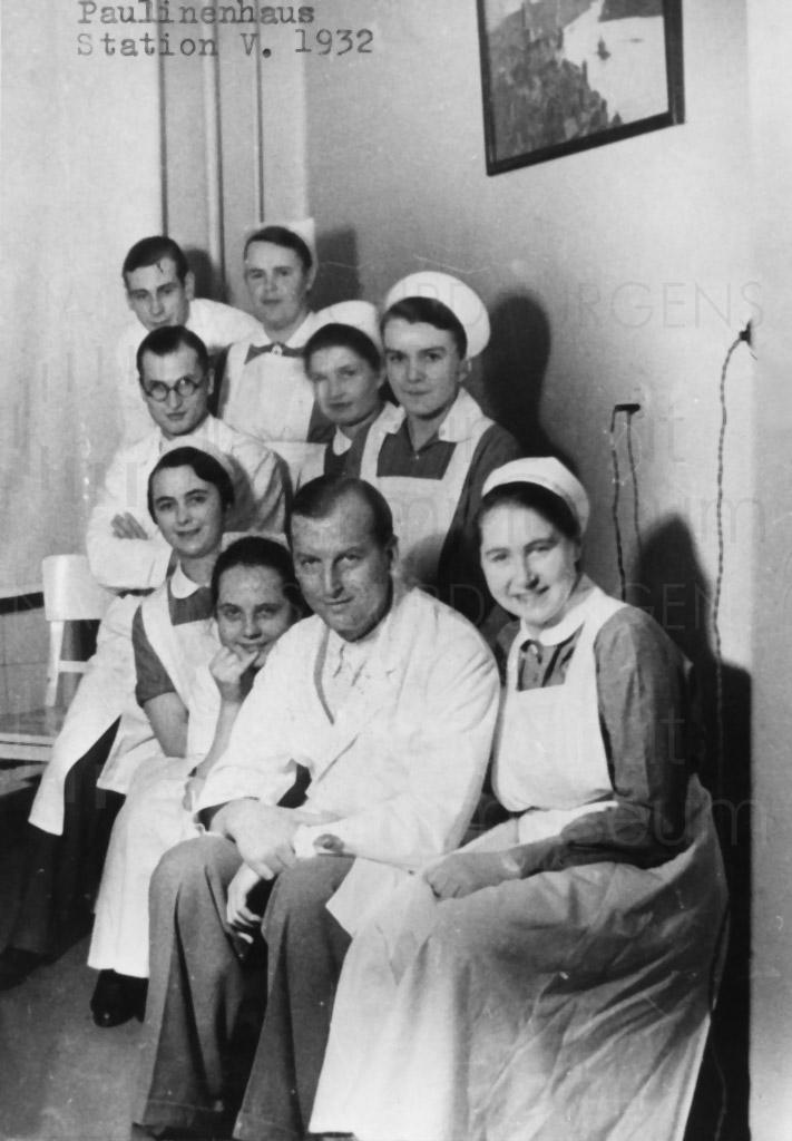"""Die Belegschaft des Krankenhauses """"Paulinenhaus vom Roten Kreuz"""", in das Curd Jürgens nach seinem Autounfall gebracht wurde"""
