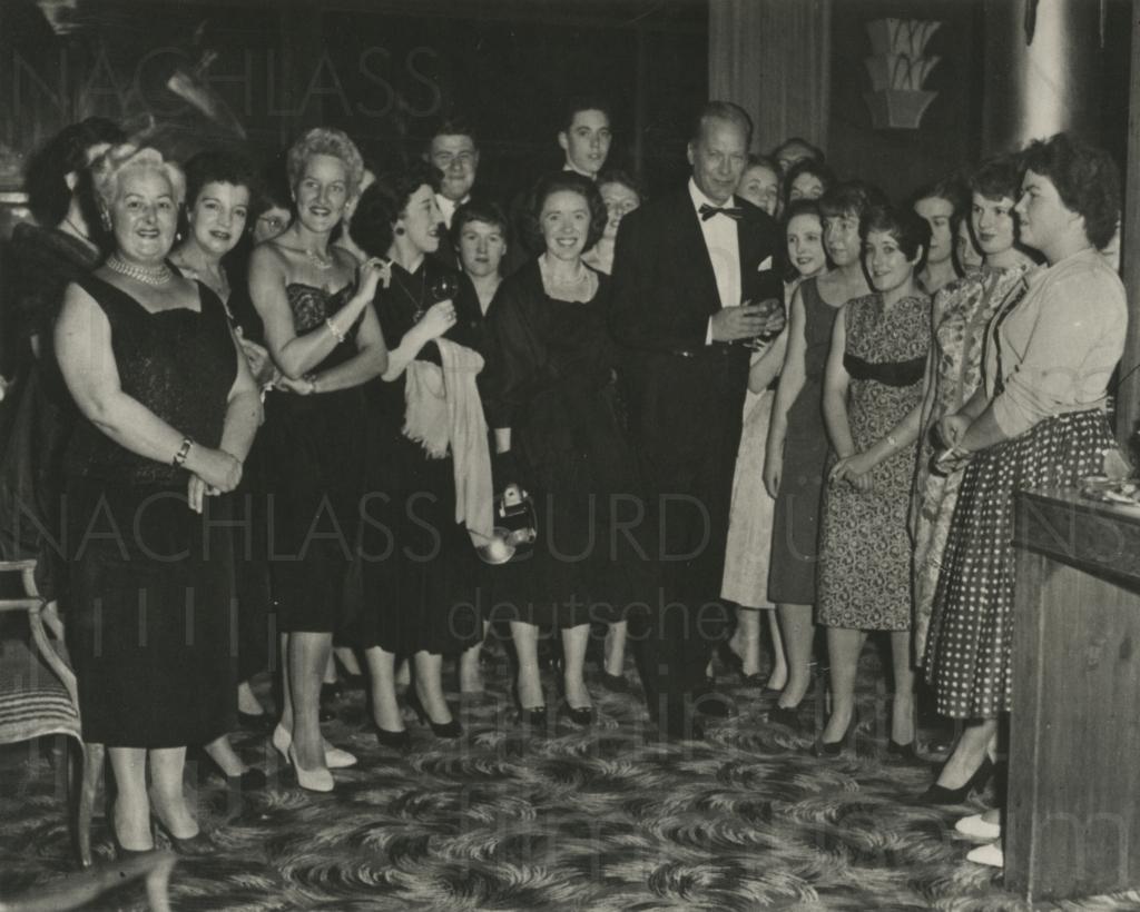 PR-Foto, Curd Jürgens mit Fans, 1958