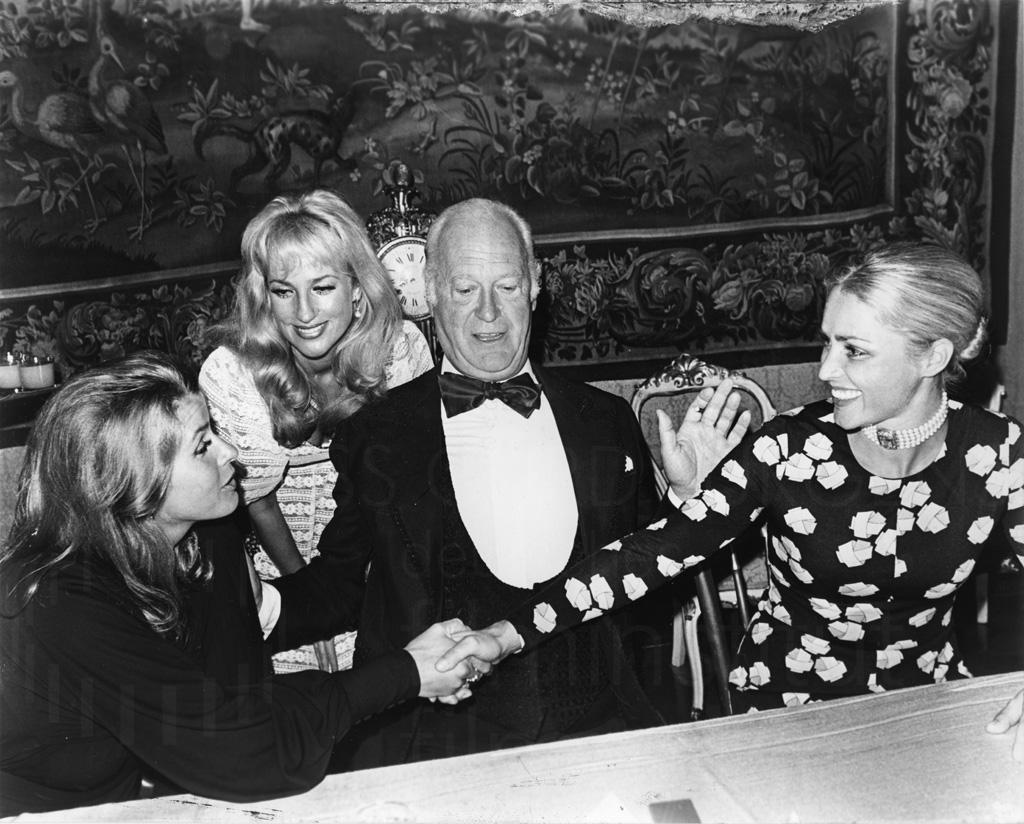 Curd Jürgens bei einem gesellschaftlichen Anlass, 1970er Jahre